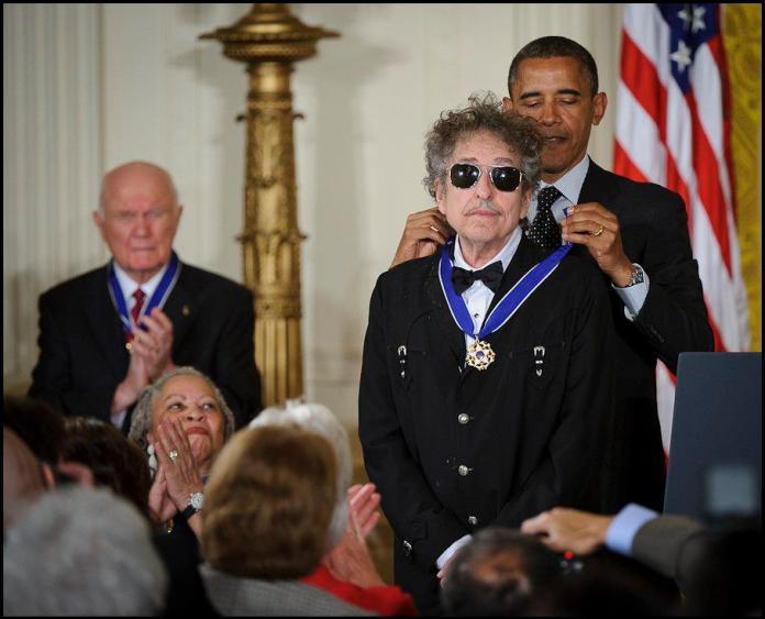 Bob Dylan recogiendo la Medalla de la Libertad en mayo del 2012. Fuente: NASA