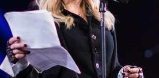 Madonna ofreciendo un discurso en el concierto «Bringing Human Rights Home», organizado por la Amnistía Internacional, en febrero de 2014. Fuente: flickr. Autor: Adrian Cabrero