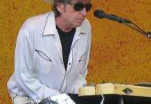 Bob Dylan tocando el teclado en el New Orleans Jazz and Heritage Festival en abril de 2006. Fuente: Wikipedia. Autor: Paparazzo Presents