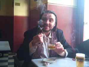 Martin Cid bebiendo absenta