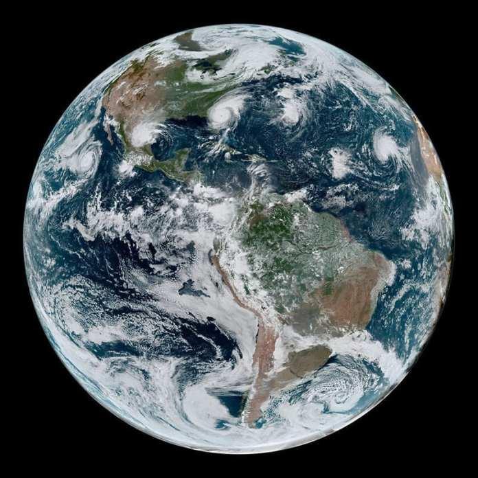 Imagen de la cadena de ciclones tropicales alineados en todo el hemisferio occidental el 4 de Septiembre de 2019. Créditos: NASA Earth Observatory/Joshua Stevens; NOAA/Kathryn Hansen.
