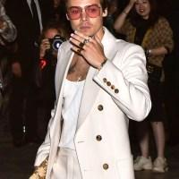 Vit kostym, tonade glasögon och nagellack – sno stilen av Harry Styles
