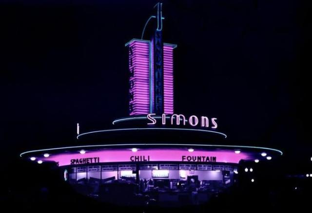 Simon's drive-in restaurant at the corner of Wilshire and Fairfax
