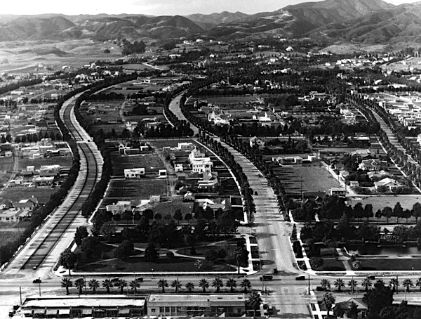 Aerial view of Beverly Hills in 1921, showing Rodeo Drive and its bridle path on the far left