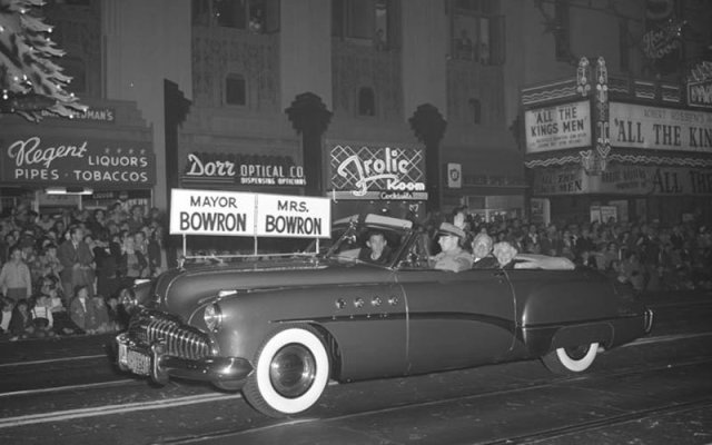 Mayor Fletcher Bowron and his wife drive past the Pantages Theater, Hollywood Blvd, 1949