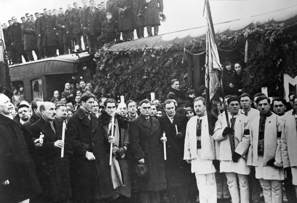 Capitanul Corneliu Zelea Codreanu la Gara de Nord la venirea lui Mota si Marin Feb 1937