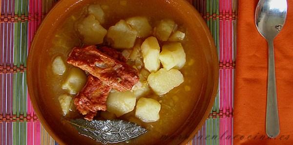 Patatas guisadas con costillas de cerdo adobadas
