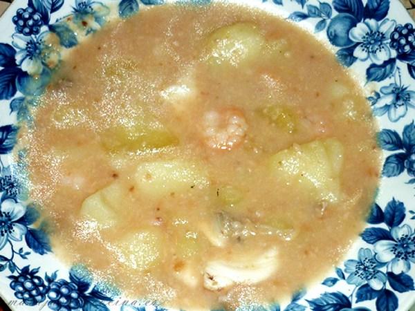 Patatas en ajopollo con pescado, chirlas y gambas