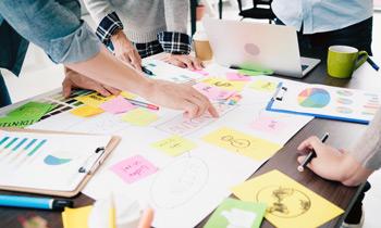 デザイナーは献身的に「考える人」