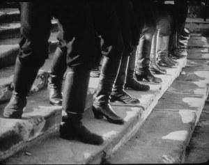 Nahaufnahme der Stiefel der zaristischen Truppen, während der »Treppenszene von Odessa« im Film »Panzerkreuzer Potemkin«
