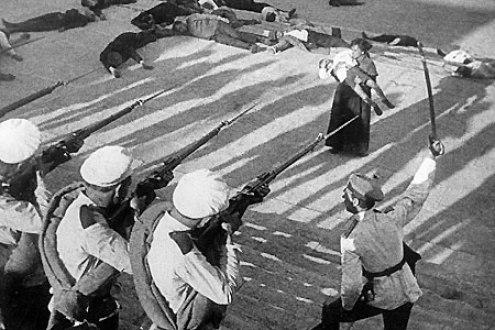 Potemkin: Ihr totes Kind in den Armen stellt sich eine Mutter den Soldaten entgegen.