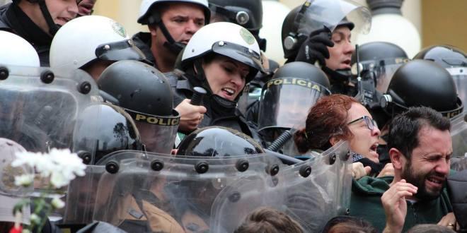 Greve com ação de massas impede votação de pacote de maldades do prefeito de Curitiba