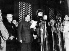 En el 1 de octubre de 1949 Mao Tse-tung   proclamó la República Popular de China.