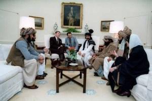امریکی صدر ریگن طالبان لیڈروں کے ساتھ وائٹ ہاوس میں ملاقات کرتے ہوئے