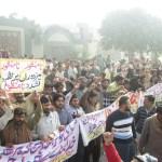 گوجرانوالہ: ماسٹر ٹائل کے سینکڑوں محنت کشوں کا جبری برطرفیوں کیخلاف احتجاج، فیکٹری بند