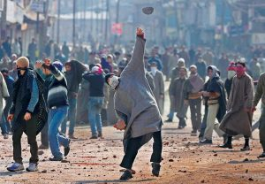 kashmir-protesters-pelt-stones