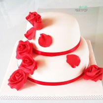 Rose rosse per una semplice wedding cake