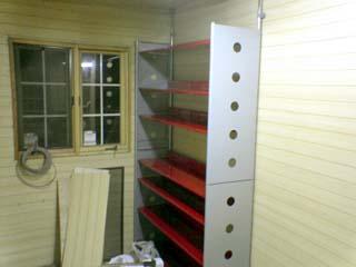 本と小物はこんな赤い棚にしました。