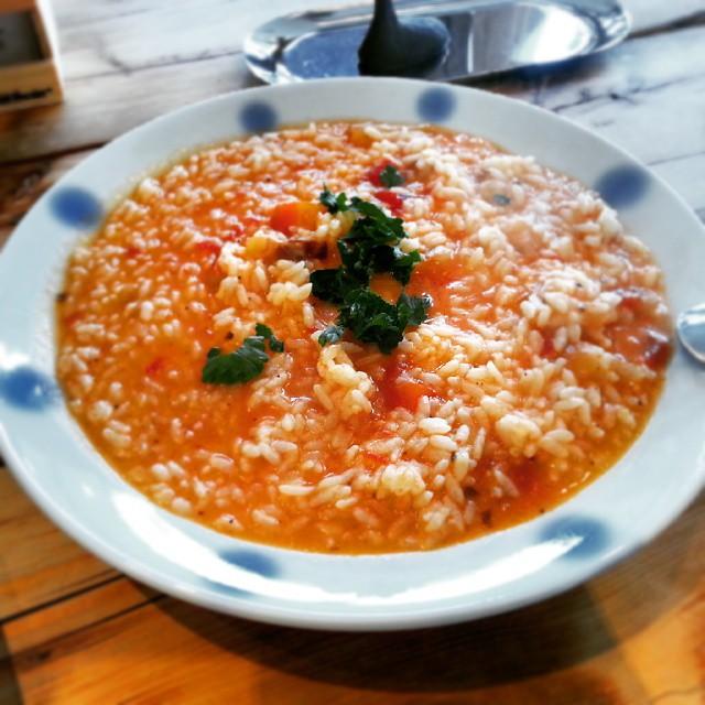 今日のお昼は根菜とトマトのチーズリゾット