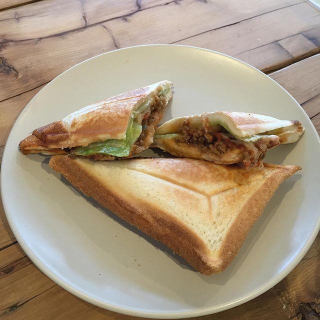 今日のお昼は在庫処分なホットサンド。中の挽肉はカレー味w