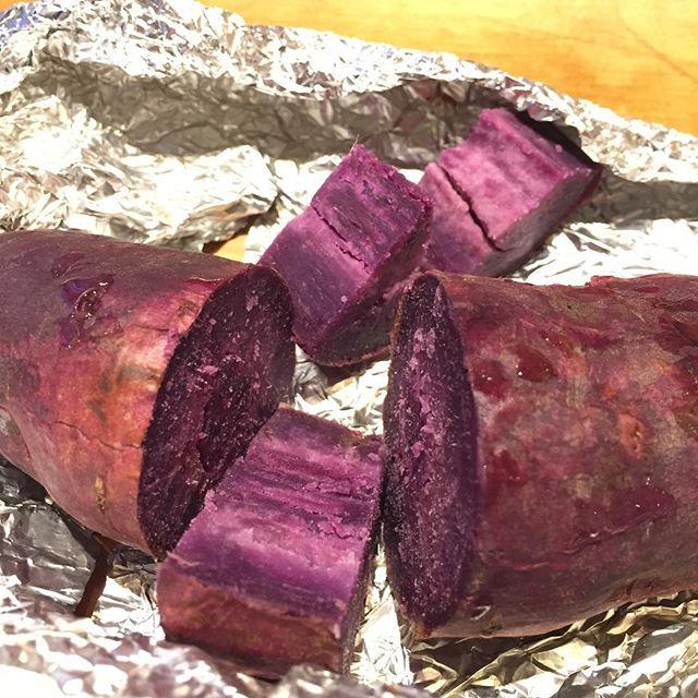 母に渡されてやった今季初の焼き芋。切ってみたら紫芋でびっくりしたよ。