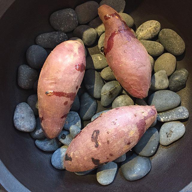 先日、友達のryoちゃんから頂いた鉄鍋と焼き石。 当然、芋を焼いてみたくなります。 どうでしょ? 芋業界の方w