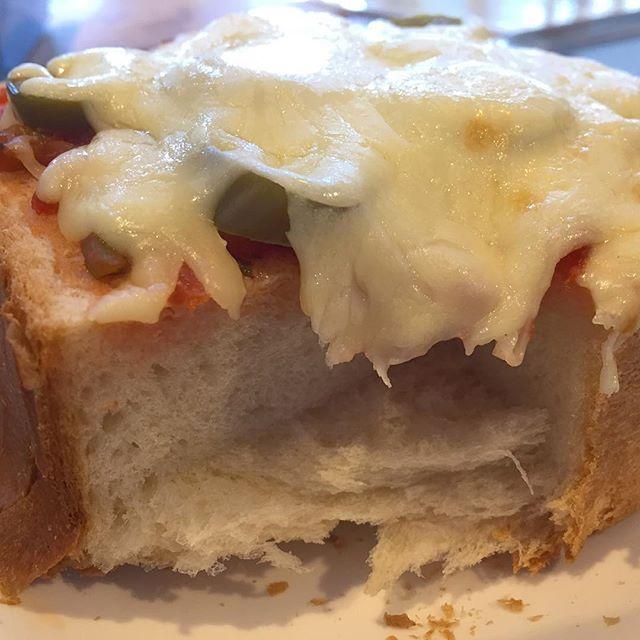 リュネットさんのパンでピザトーストっぽく。 贅沢な厚み。