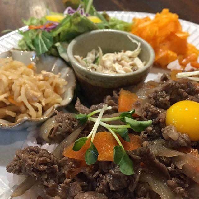 お昼ご飯。  ラムズさんで、牛肉のしぐれ煮プレート。