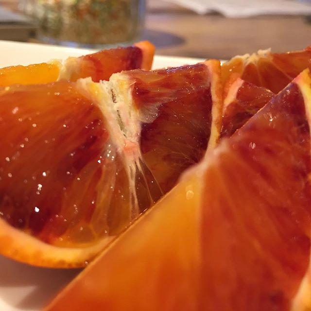 今日のおやつ。  今日はブラッドオレンジ。 前はモロで今日はタロッコ。 こちらの方は果汁が多くて普通のオレンジに近い香りと甘さ。 ブラッドオレンジジュースがタロッコが多いのがわかる気がする。