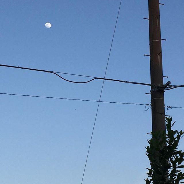 青い空、白い月。