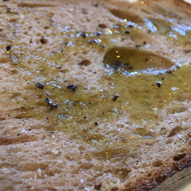 シンプルに。  こちらはトーストにオリーブオイルと塩、粗挽きの胡椒を少し。 生地の旨味がじんわりと広がります。