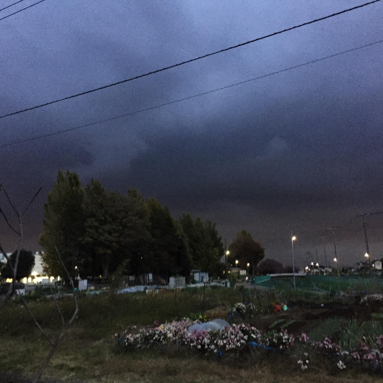 どんよりとした黒い雲 。