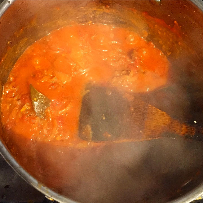 トマト投入。  並行して牛テールを軽く炒める。