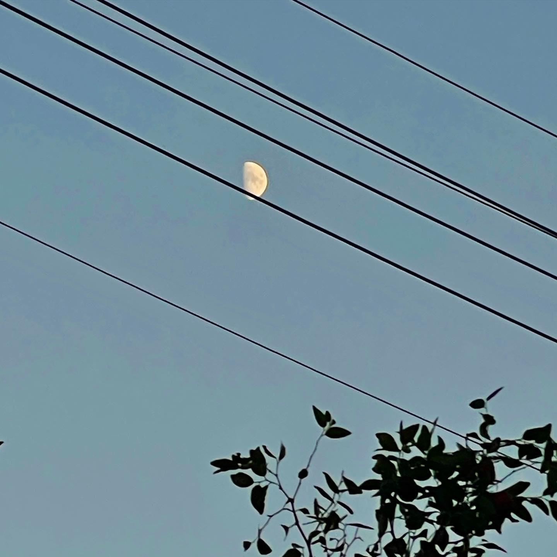 そして空には月。