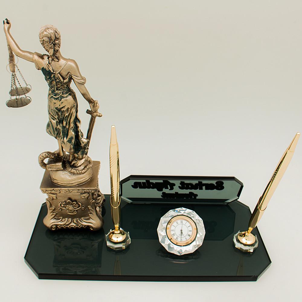 themis heykeli yer alan kristal saatli ve kalemli masa isimliği