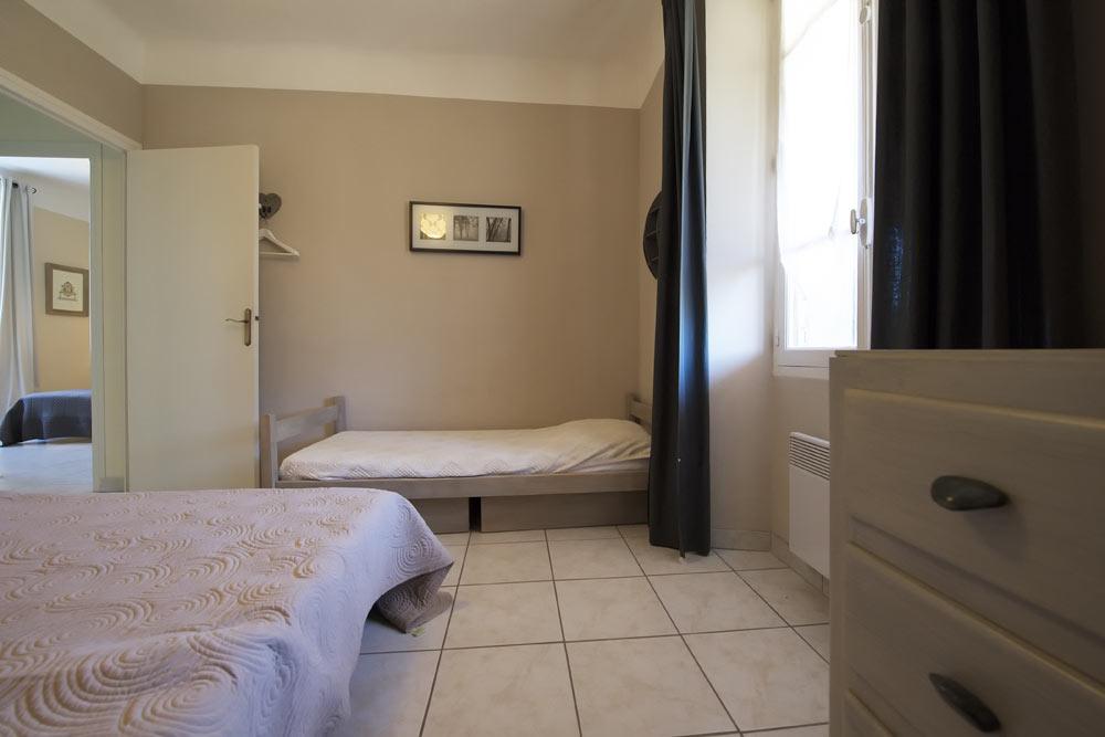 La chambre avec lit double et lit simple au Lavande au Mas de la Baillyde, gîtes de charme en Cévennes