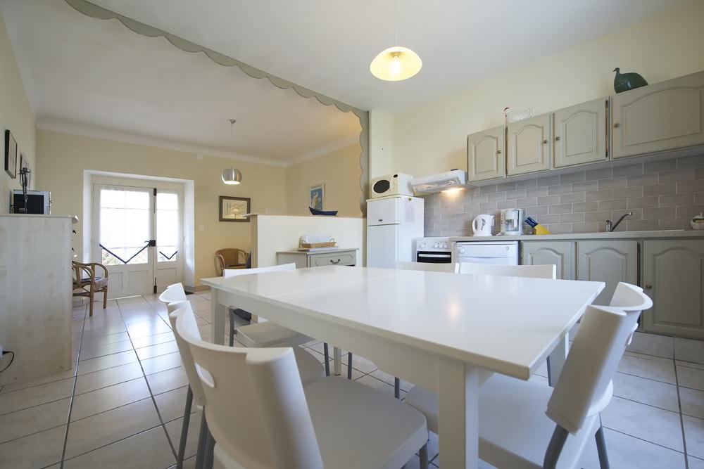 La cuisine et salle à manger de Lavande au Mas de la Baillyde, gîtes de charme en Cévennes