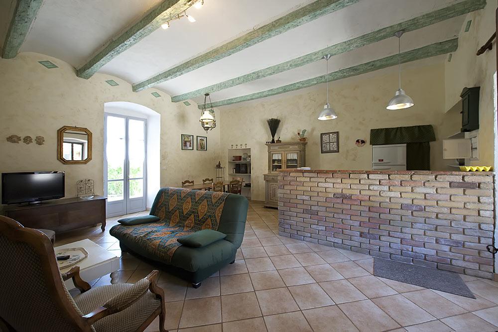 Le salon et salle à manger avec cuisine ouverte aux Treilles au Mas de la Baillyde – Gîtes de charme en Cévennes