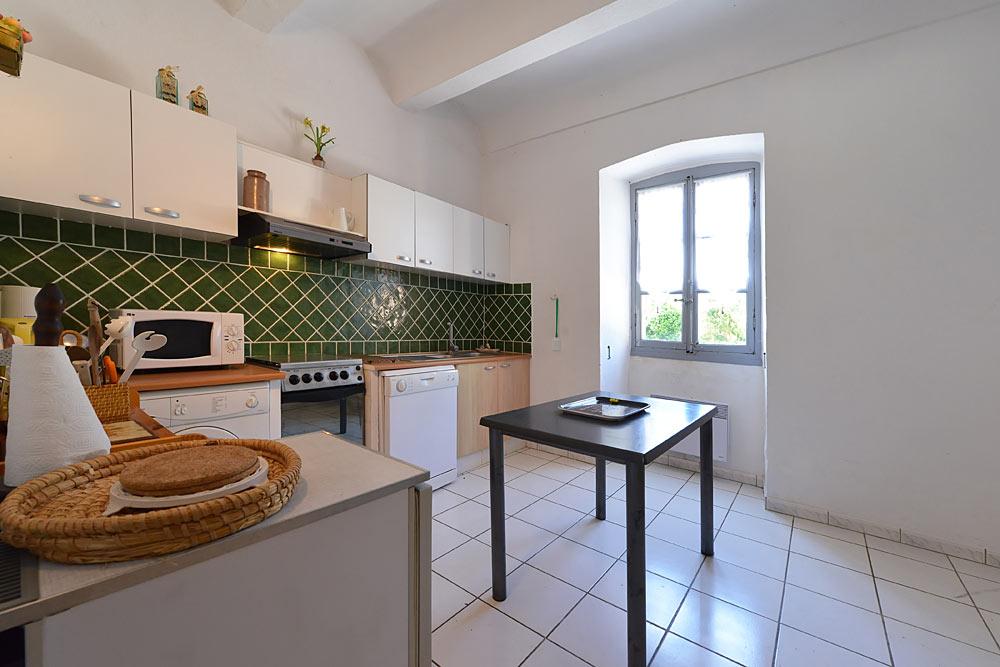 La cuisine équipé avec lave vaisselle, machine à laver et micro onde au Tamaris au Mas de la Baillyde, gîtes de charme en Cévennes