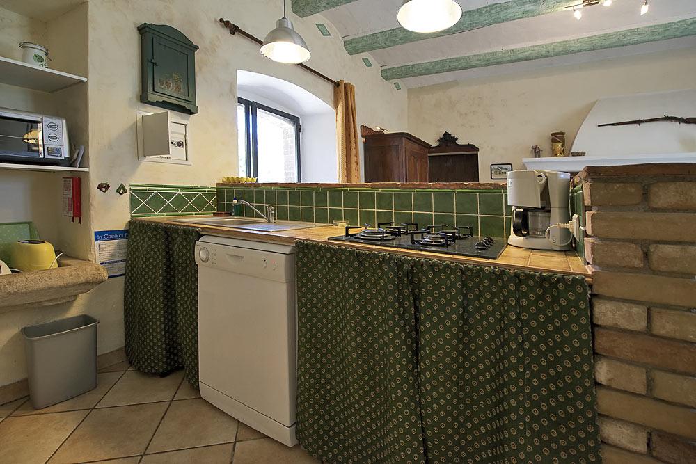 La cuisine équipé avec lave vaisselle, plaques de cuisson au gaz,  machine à café, mini four, grille pain, cafetière aux Treilles au Mas de la Baillyde, gîtes de charme en Cévennes