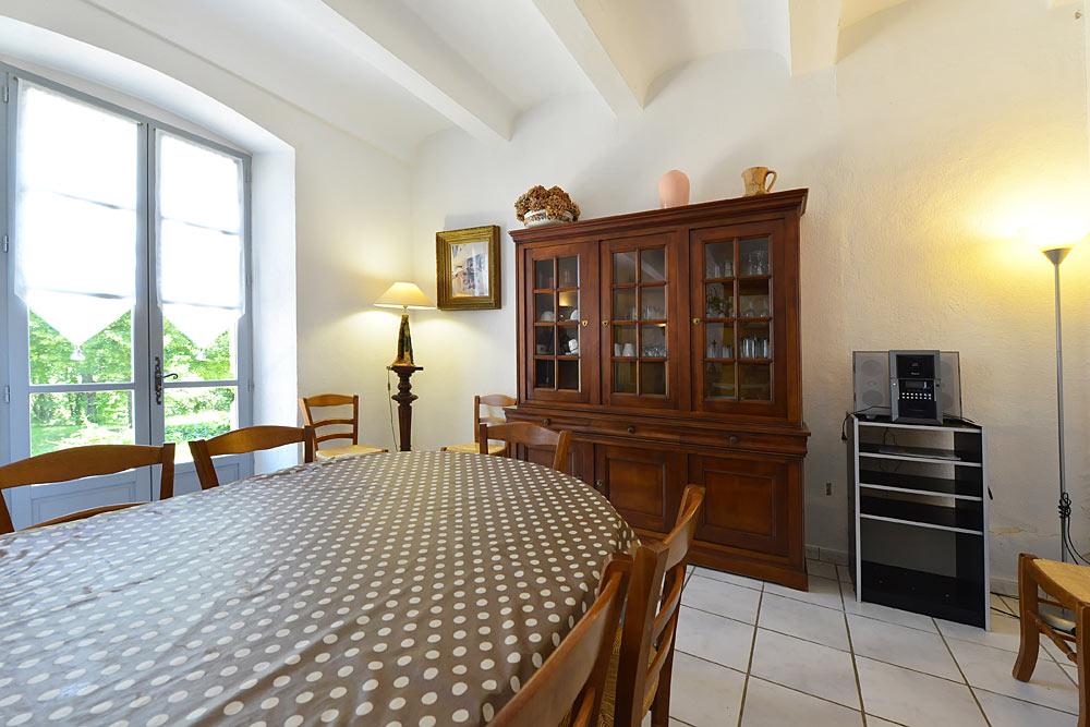 La salle à manger avec buffet haut et chaine hifi au Tamaris au Mas de la Baillyde, gîtes de charme en Cévennes