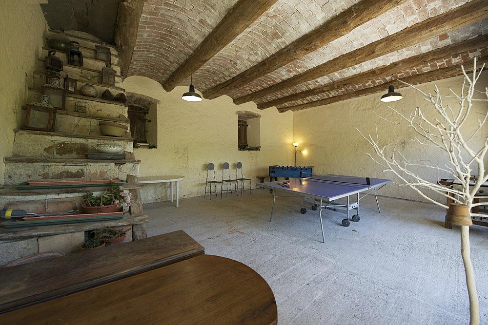 La salle de jeux avec ping ping et babyfoot au Mas de la Baillyde, gîtes de charme en Cévennes
