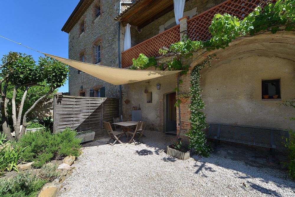 La terasse côté sud dans le cours devant le studio Romarin au Mas de la Baillyde, gîtes de charme en Cévennes