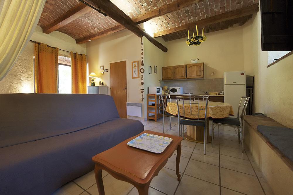 Le coin salon et la cuisine au Romarin au Mas de la Baillyde, gîtes de charme en Cévennes
