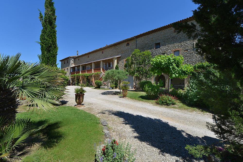 Le cours aux allures toscane au Mas de la Baillyde, gîtes de charme en Cévennes