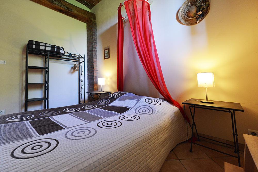 Le lit de la chambre double aux Treilles au Mas de la Baillyde, gîtes de charme en Cévennes
