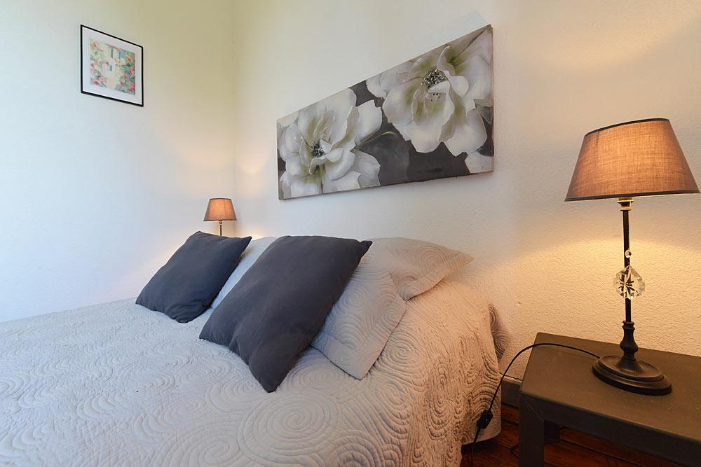 Le lit double chambre double lumineuse au premier étage au Tamaris au Mas de la Baillyde, gîtes de charme en Cévennes
