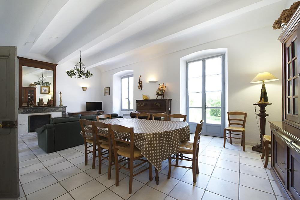 Le salon et la salle à manger au Tamaris au Mas de la Baillyde, gîtes de charme en Cévennes