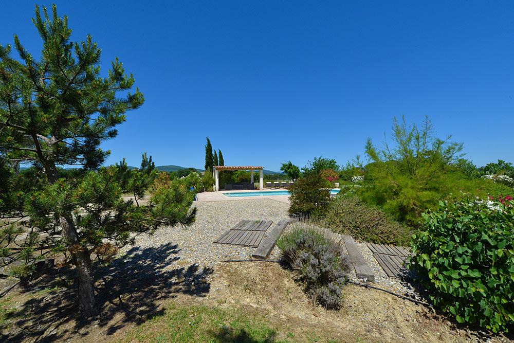 Pins, lavande et tamaris au bord de la piscine au Mas de la Baillyde, gîtes de charme en Cévennes