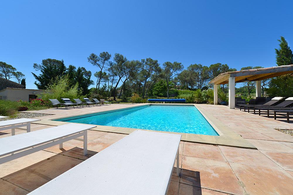 Transat au bord de la piscine au Mas de la Baillyde, gîtes de charme en Cévennes